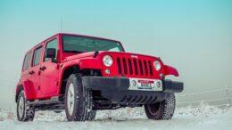 Rød bil i sneen